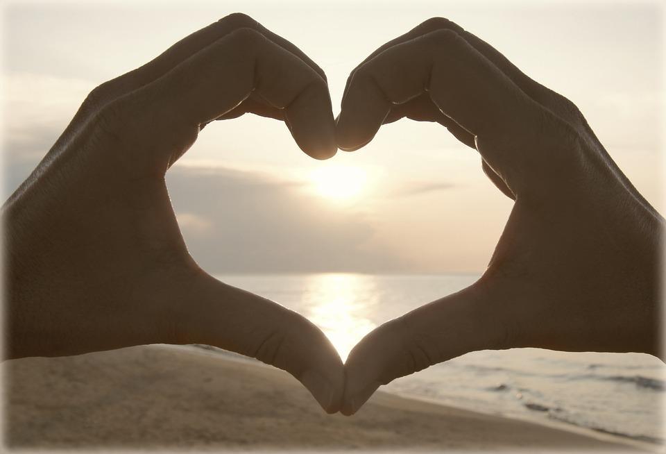 Mains formants un coeur